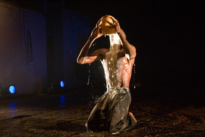 "Compagnie Salia nï Seydou / Ousséni Sako, ""Sindi, shut up!""  (pièce pour un danseur)."